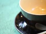 スプーンと皿もセットになったコーヒーカップ。春慶の深みとコーヒーの味が見事にマッチする逸品です。